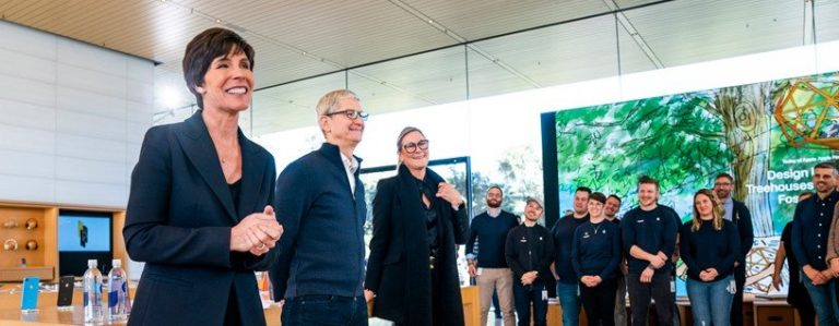 Apple retail head Angela Ahrendts departs